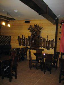 Предметы интерьера из дерева в кафе
