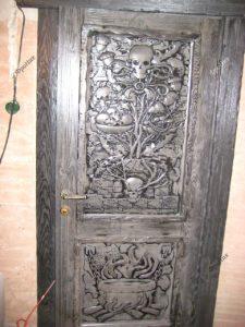 Резьба по дереву на дверях