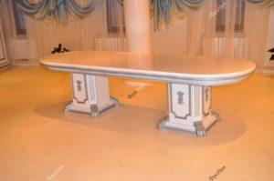 Классический стол из дерева под лаком 2
