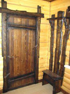 Дверь из дерева под старину