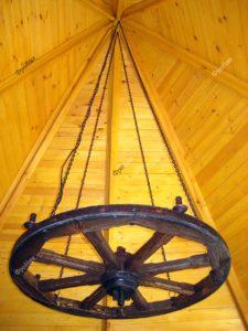 Люстра из дерева колесо