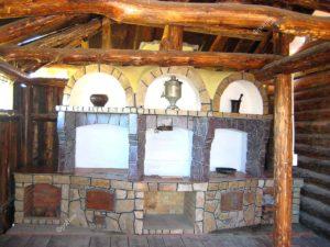 Печь из дерева в интерьере кухни