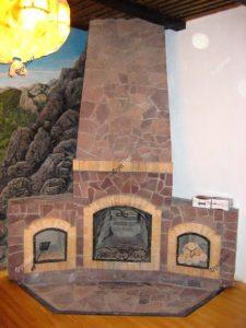 Камин из дерева в интерьере дома