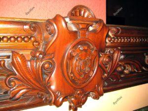 Резная спинка деревянной кровати