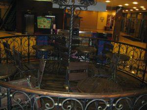 Деревянные столы и стулья в интерьере кафе