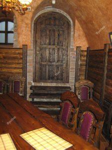 Деревянная дверь в кафе
