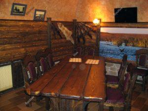 Коричневый стол из дерева для кафе