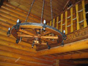 Деревянная люстра колесо