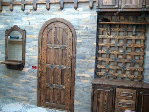 Дверь в замке полукруглая