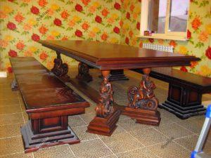 Стол с интересными массивными деревянными ножками