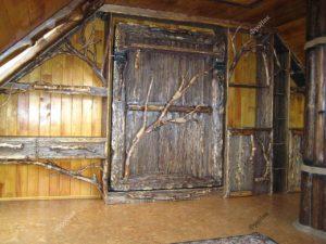 Двери с корнями корнепластика