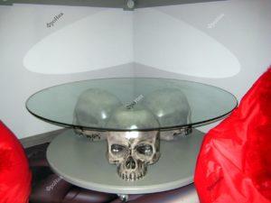 Стеклянный столик с черепами