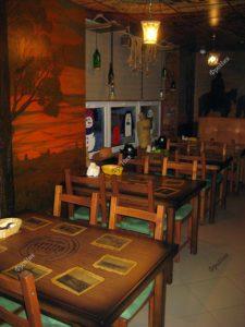 Столы и стулья из дерева в интерьере кафе