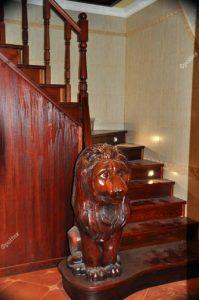 Лестница из массива дерева лев