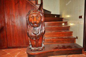 Лестница со львом