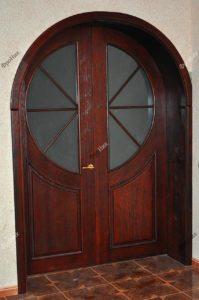Распашная двустворчатая дверь из красного дерева