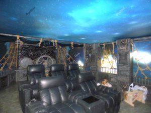 Интерьер кинотеатра из дерева