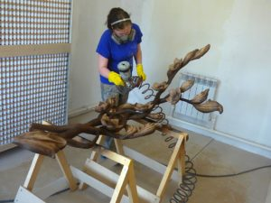 Покраска деревянного изделия лаком
