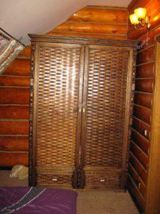 Деревянный шкаф с переплетениями на заказ