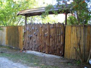 Забор и ворота в стиле корнепластика