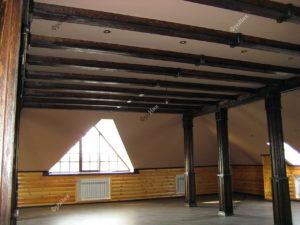 Деревянные балки на потолке в интерьере коттеджа