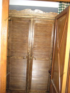 Деревянный шкаф ковбойский стиль