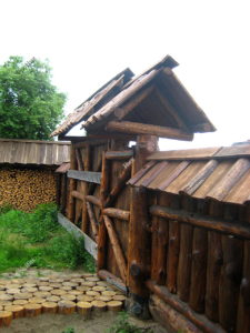 Забор и калитка из брёвен