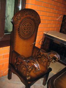 Деревянный королевский стул