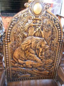 Резьба на спинке деревянного стула