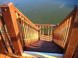 Деревянная лестница на палубе корабля